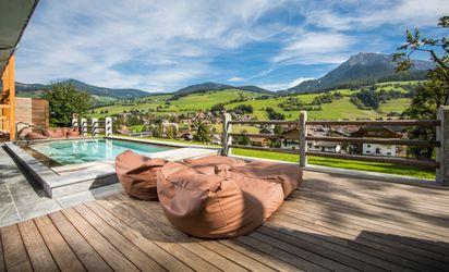 Pool mit Dolomiten