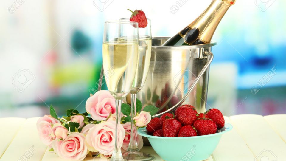 WELCOME PROSECCO AND STRAWBERRIES