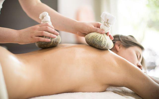 Biohotel theiner's garten: Kräuter-Stempel-Massage